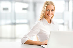 Jonge bedrijfsvrouw die laptop met behulp van op kantoor Royalty-vrije Stock Afbeeldingen