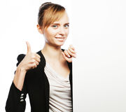Jonge bedrijfsvrouw die leeg uithangbord toont royalty-vrije stock foto's
