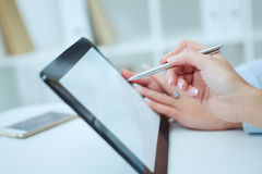 Jonge bedrijfsvrouw die lege tablet in bureau tonen Stock Fotografie