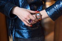 Jonge bedrijfsvrouw die luxehorloge en kostbare juwelen dragen Modieuze Damestoebehoren stock fotografie