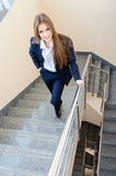 Jonge bedrijfsvrouw die man kostuum dragen die op treden lopen Royalty-vrije Stock Afbeeldingen