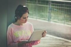 Jonge Bedrijfsvrouw die met laptop vermoeid gevoel werken Manier stock foto's