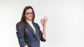 Jonge bedrijfsvrouw die O.K. gebaar tonen stock footage