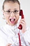 Jonge bedrijfsvrouw die op de telefoon gilt. Royalty-vrije Stock Foto's