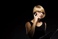 Jonge bedrijfsvrouw die op de telefoon spreekt stock foto