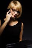Jonge bedrijfsvrouw die op de telefoon spreekt stock afbeelding