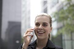 Jonge bedrijfsvrouw die op mobiele telefoon spreken Royalty-vrije Stock Foto