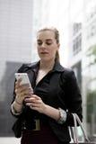 Jonge bedrijfsvrouw die op mobiele telefoon spreken Stock Foto's