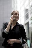 Jonge bedrijfsvrouw die op mobiele telefoon spreken Stock Fotografie