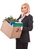 Jonge bedrijfsvrouw die persoonlijke dingen beweegt stock foto's
