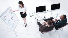 Jonge bedrijfsvrouw die tot een presentatie maken aan zijn commercieel team stock afbeeldingen