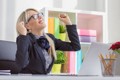 Jonge bedrijfsvrouw die van succes genieten op het werk
