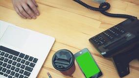Jonge bedrijfsvrouw die voor laptop werken Tegelijkertijd, klik op de knoop om te telefoneren Plaats de zaktelefoon en stock video