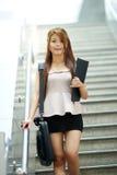 Jonge bedrijfsvrouw die voor roltrap lopen royalty-vrije stock foto