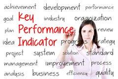 Jonge bedrijfsvrouw die zeer belangrijk prestatie-indicator (kpi) schrijven concept Geïsoleerd op wit royalty-vrije stock afbeelding