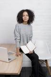 Jonge bedrijfsvrouw die zich bij een lijst bevinden stock foto's