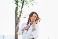 Jonge bedrijfsvrouw die zich op de straat bevinden Stock Fotografie