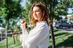 Jonge bedrijfsvrouw die zich op de straat bevinden Royalty-vrije Stock Foto