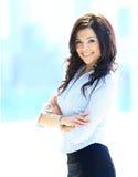 Jonge bedrijfsvrouw in een bureau Stock Afbeeldingen