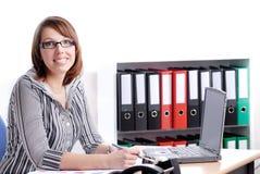 Jonge bedrijfsvrouw in haar bureau Royalty-vrije Stock Fotografie