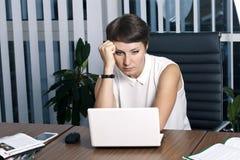 Jonge bedrijfsvrouw in het bureau stock foto's