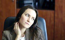 Jonge bedrijfsvrouw met hand die hals en schouders wrijven om spanning in het bureau te verlichten royalty-vrije stock afbeelding