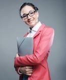 Jonge bedrijfsvrouw met omslagen Stock Foto's