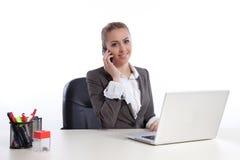 Jonge bedrijfsvrouw op kantoor dat door telephon roept Stock Foto's
