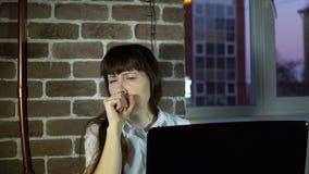 Jonge bedrijfsvrouw op kantoor met een keelpijn stock videobeelden