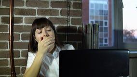 Jonge bedrijfsvrouw op kantoor met laptop stock footage