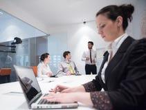 Jonge bedrijfsvrouw op vergadering die laptop computer met behulp van Stock Foto's