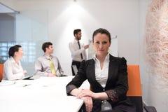 Jonge bedrijfsvrouw op vergadering die laptop computer met behulp van Stock Fotografie