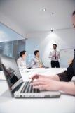 Jonge bedrijfsvrouw op vergadering die laptop computer met behulp van Royalty-vrije Stock Afbeelding