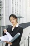Jonge bedrijfsvrouwen met dossier Stock Foto's
