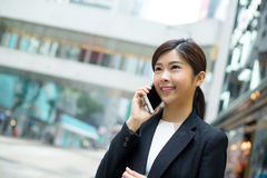 Jonge bedrijfsvrouwenbespreking aan cellphone Royalty-vrije Stock Afbeeldingen