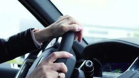 Jonge bedrijfsvrouwenbestuurder die een auto op een weg drijven voorraad Sluit omhoog jonge mooie vrouw die een luxeauto drijven stock footage