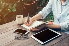 Jonge bedrijfsvrouwenhand met potlood die op notitieboekje schrijven Vrouw Royalty-vrije Stock Foto's