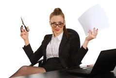 Jonge bedrijfsvrouwenzitting als bureauvoorzitter Royalty-vrije Stock Afbeelding