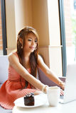 Jonge bedrijfsvrouwenzitting in koffie met haar laptop stock afbeelding