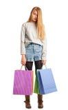 Jonge beklemtoonde die vrouw door papieren zakken wordt omringd Stock Foto's