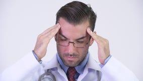 Jonge beklemtoonde Spaanse mens arts die hoofdpijn hebben stock footage