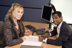 Jonge Beroeps die een Contract ondertekenen royalty-vrije stock afbeeldingen