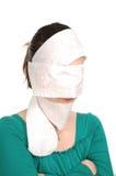Jonge beschaamde vrouw en huiden haar gezicht Royalty-vrije Stock Foto