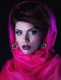 Jonge betoverende vrouw in rode kaap Stock Afbeeldingen
