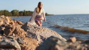 Jonge bevallige vrouw die blootvoets op kust lopen stock videobeelden