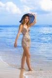 Jonge bevallige vrouw op kust van oceaan stock foto