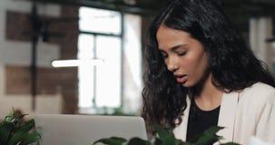 Jonge bezige mooie bedrijfsvrouw die aan spanning lijden die bij bureaucomputer werken Het harde werk, uiterste termijnconcept stock videobeelden