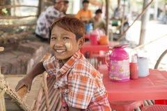 Jonge Birmaanse jongen die thanaka dragen Stock Afbeeldingen
