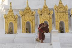 Jonge Birmaanse monniks schoonmakende tempel royalty-vrije stock foto