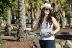 Jonge blije vrouw met fiets op vakantie Royalty-vrije Stock Foto